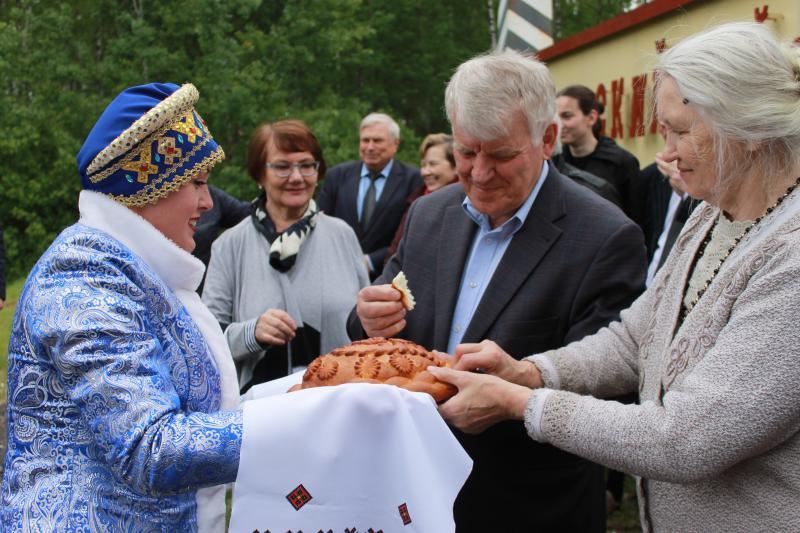 Владимир Середин принимает от болдинцев хлеб-соль.JPG